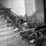 Asciugatura di libri alluvionati nella BNCF