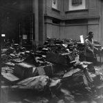 Asciugatura di libri alluvionati nella sala di distribuzione della BNCF
