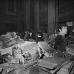 Movimentazione di libri alluvionati nella sala di distribuzione della BNCF