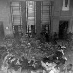 Libri alluvionati nella sala distribuzione della BNCF