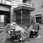 Strade e piazze di Firenze. Edicola. Alluvione 1966.