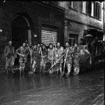 Angeli del fango, momenti di pausa. Firenze 1966