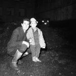 I cittadini e l'alluvione. Uomo con bambino. Firenze 1966