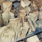 Asciugatura di libri alluvionati nella sala cataloghi della BNCF