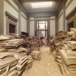Asciugatura di libri alluvionati nella sala di lettura della BNCF