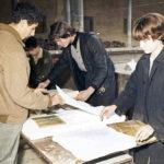 Smontaggio di libri alluvionati nel chiostro della BNCF