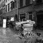 Danni ai negozi e alle strade. Firenze 1966
