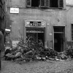 Danni alle strade e ai negozi. Firenze 1966