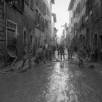 Rimozione del fango dalle strade. Alluvione Firenze 1966