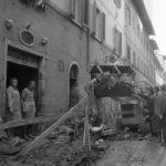 Rimozione dei detriti nelle strade. Alluvione Firenze 1966