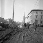 Cittadini e l'alluvione. Lungarno. Firenze 1966