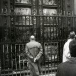 Segno dell'acqua sulla Porta del Paradiso, Battistero. Firenze 1966