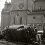 Danni dell'alluvione. auto ribaltata. Firenze 1966