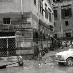 Segni del livello dell'acqua nelle strade. Firenze 1966
